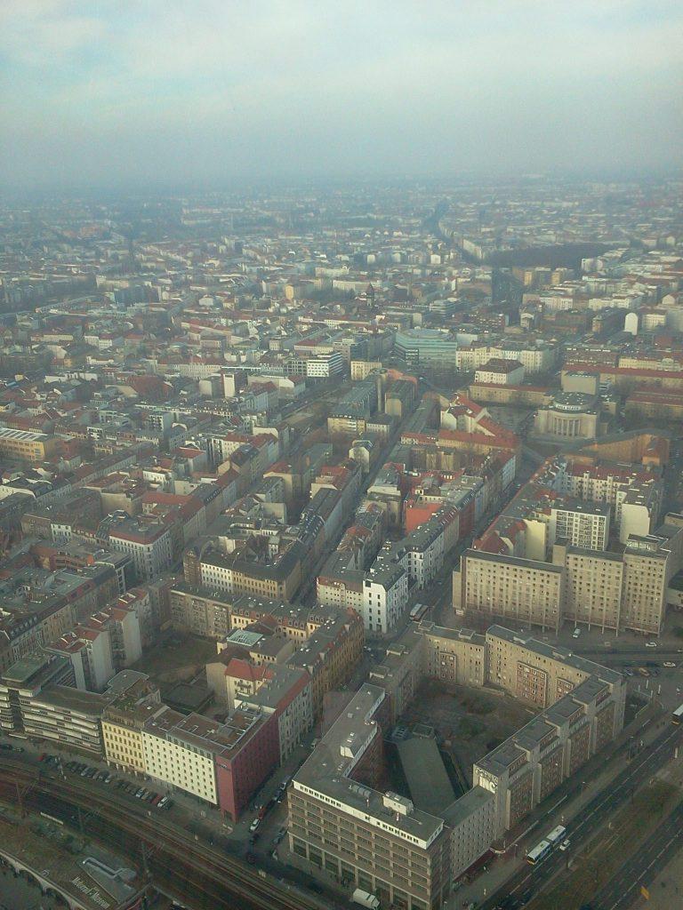 """Blick vom Fernsehturm am Alexanderplatz 2011 auf """"Mitte"""" und Teile des Prenzlauer Bergs."""