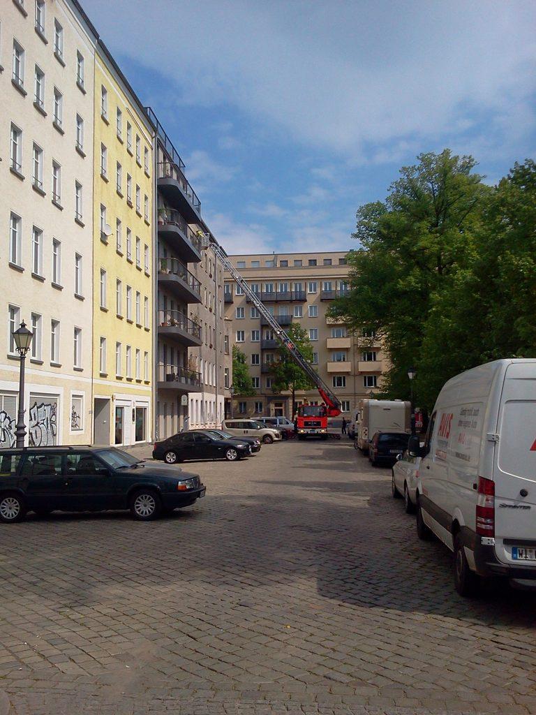 Die regelmäßig abgestützte Hausruine an der Ecke Arkonaplatz/Wolliner Straße (2011)