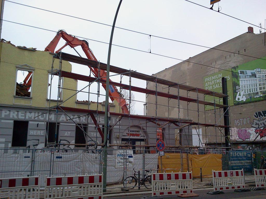 Inzwischen stehen hier an der Kastanienallee (Mitte-Teil) die versprochenen Premium-Appartements. Bild von 2012.