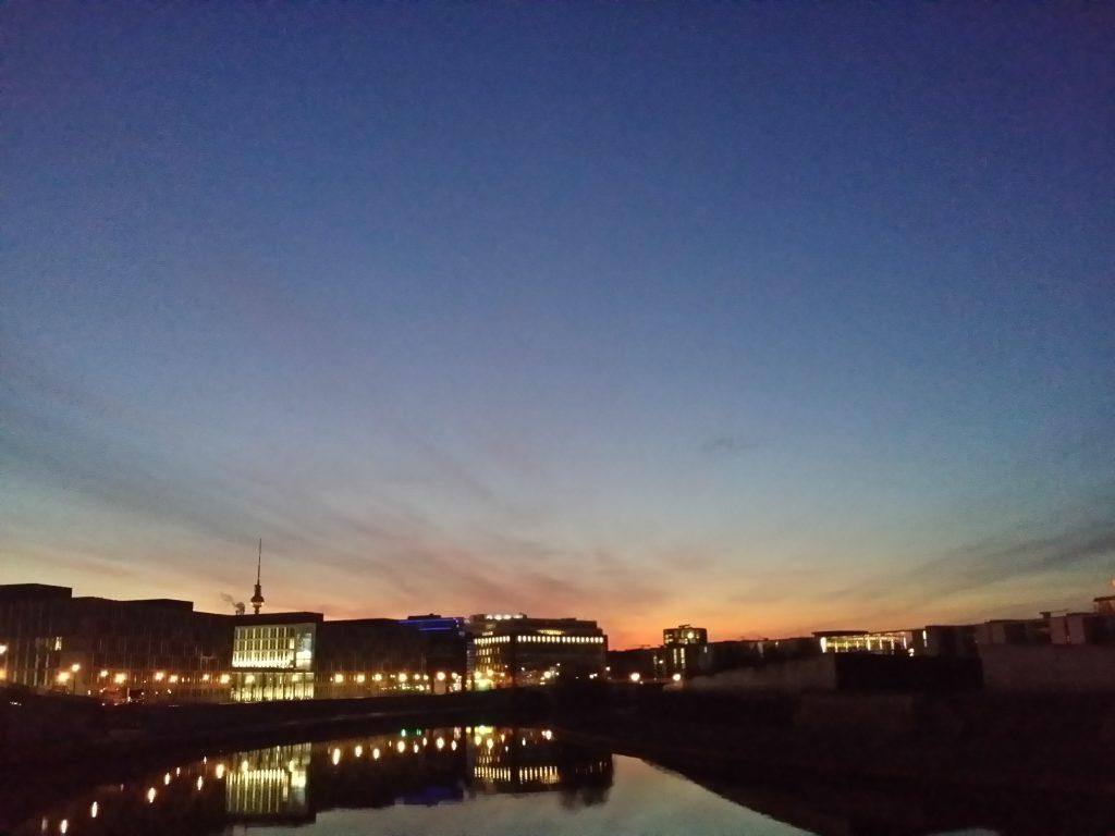 So kitschig kann der Blick auf Regierungsviertel-Mitte sein - in Richtung Sonnenaufgang, Höhe Hauptbahnhof fotografiert.