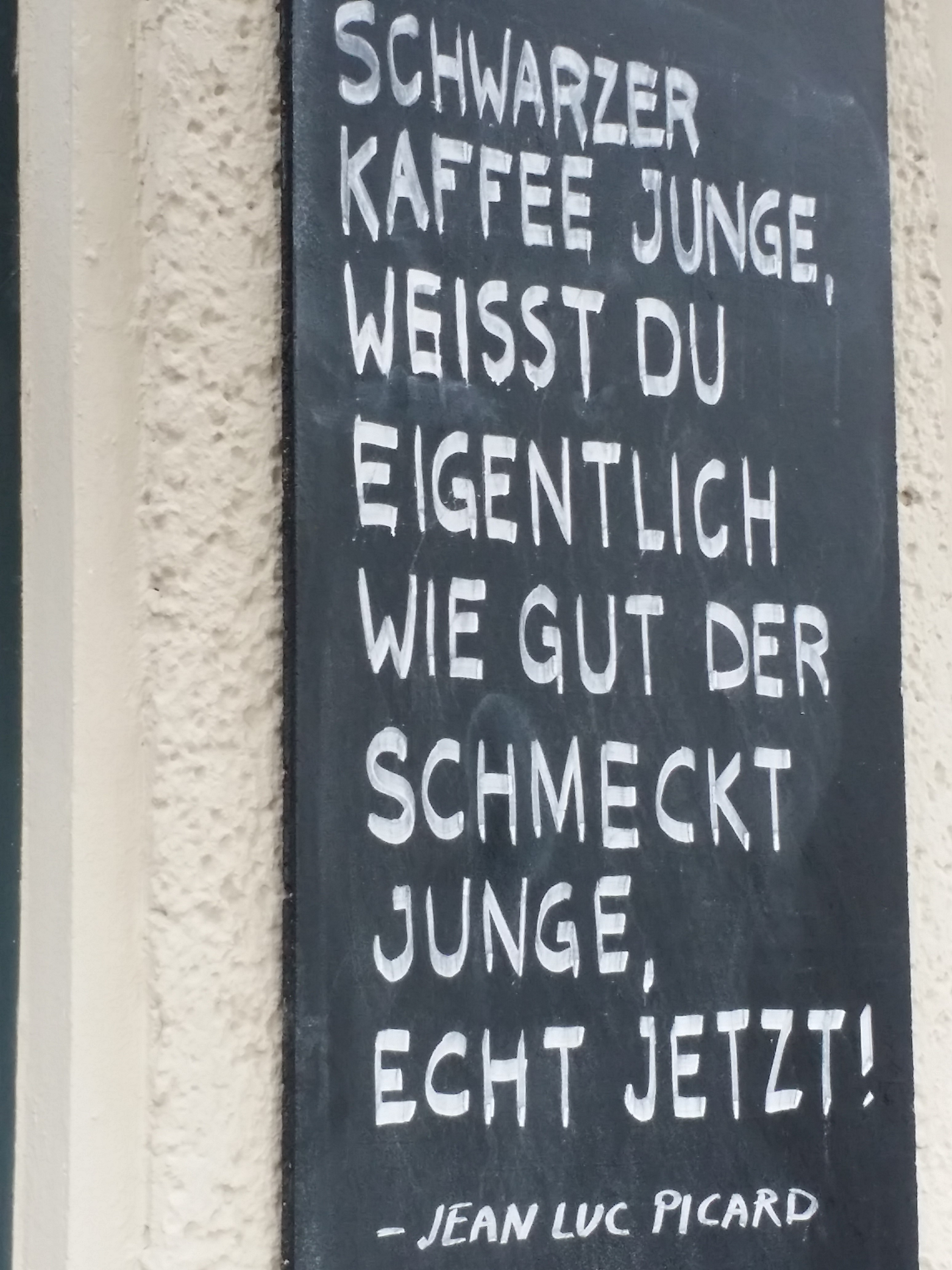Sinnlos im Weltraum, an einer Tafel an einem Café hinter dem BND-Neubau in Berlin