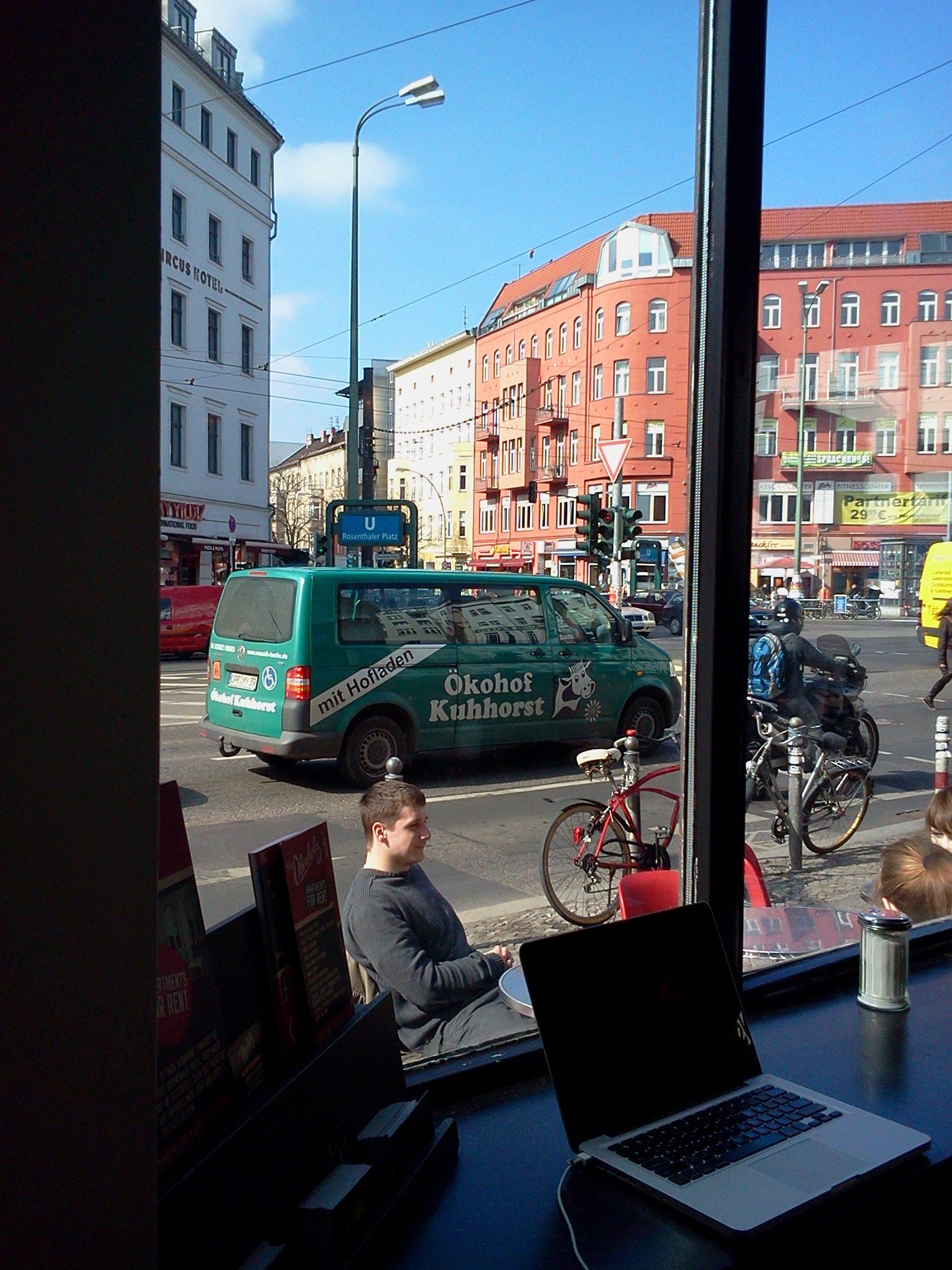 """Blick aus dem Café """"St. Oberholz"""" auf den Rosenthaler Platz, 2011"""